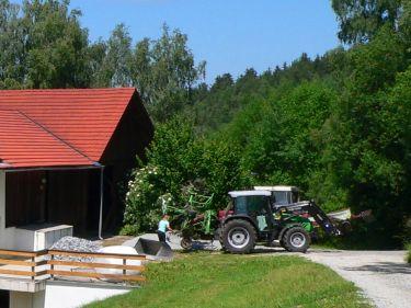 achatz-ferienhaus-abuernhof-traktor-fahren