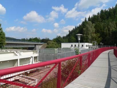 Staudamm mit Wasserkraftwerk zur Stromerzeugung - Bild ID blaibacher-see-ausflugsziel-stausee-kraftwerk-bayerischer-wald