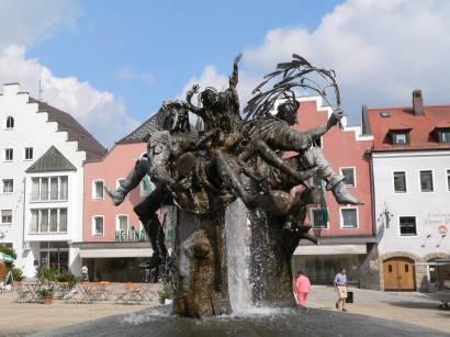 Brunnen am Marktplatz Sehenswertes in Cham Bayerischer Wald Stadtplatz Brunnen Oberpfalz