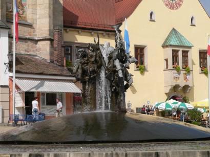 cham-bayerischer-wald-stadt-moderner-brunnen-marktplatz