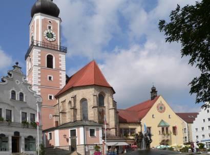 cham-bayerischer-wald-stadtplatz-marktplatz-brunnen-kirche