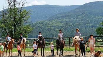 Kinderfreundlich und familienfreundlich - feriendorf-hohen-bogen-reitferien-reiturlaub-bayern