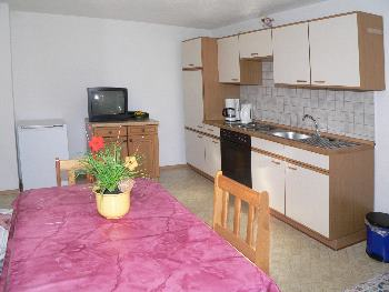 Wohnbereich mit Couch, Essecke und Küche