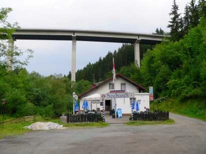 Bild links: Cafe und Biergarten Seehaus am Startpunkt zur Wildbachklamm Buchberger Leite