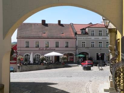 furth-im-wald-bayerischer-wald-stadtplatz-torbogen