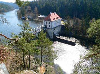 höllensteinstausee-kraftwerk-fluss-regen-bilder