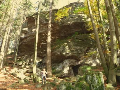 kaitersberg-kötzting-bayerwald-wanderurlaub-wandern-wald-felsen