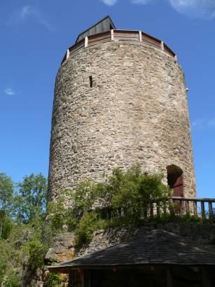 kollnburg-burgruine-bayerischer-wald-bergfried-burgturm