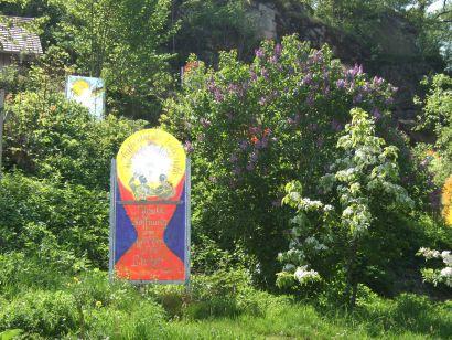 kollnburg-meditativer-bibelgarten-glastafeln-glaskunst