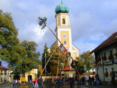 maibaum-aufstellen-kirtabaum-bayerischer-wald-brauchtum-tradition