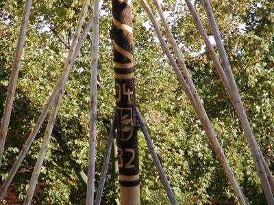 maibaum-aufstellen-schnitzereien-brauchtum-tradition