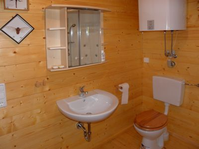 naturholzhaus-ferienhaus-badezimmer-holzhuettenurlaub