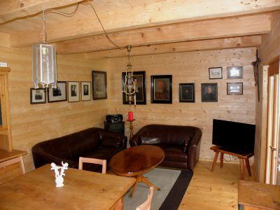 naturholzhaus-ferienwohnung-holzhuetten-urlaub-wohnzimmer-couch
