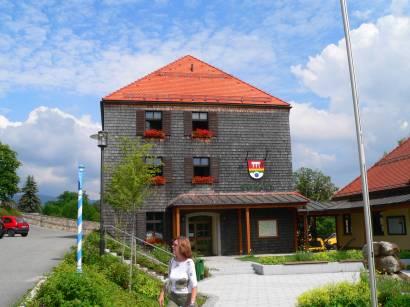 neureichenau-bayerischer-wald-sehenswertes-bauwerk-rathaus-touristinfo