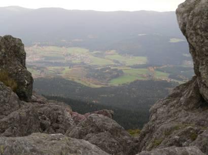 Osser Lam Ausblick zwischen bizarren Felsen nach unten