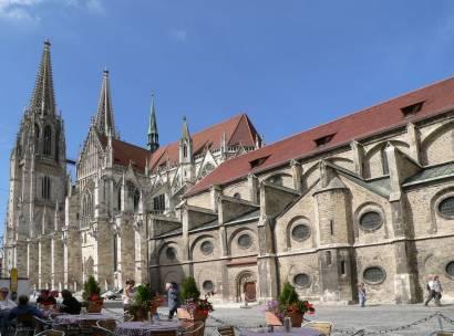 Regenburger Dom St. Peter mit Kirche Sankt Ulrich im Vordergrund
