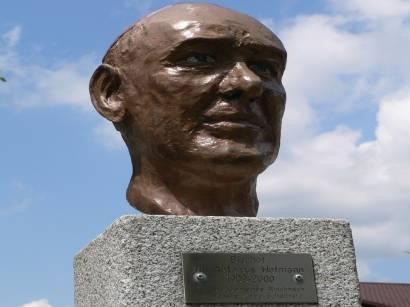 Statue Bischof Dr. Antonius Hofmann aufm Kirchplatz in Rinchnach