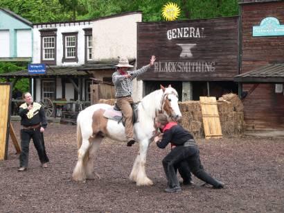 schloss-thurn-westernshow-cowboys-reiten-pferde