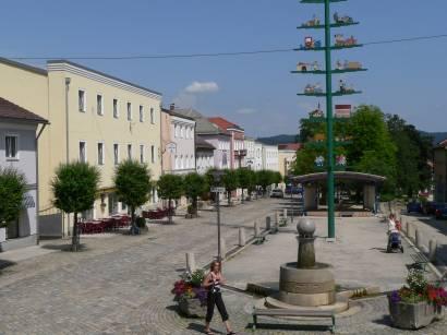 schönberg-bayerischer-wald-sehenswertes-stadtplatz-ansicht-brunnen