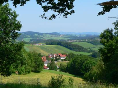 Foto und Bild Impressionen - Blick von Schloß Rammelsberg auf die hügelige Bayerwald Landschaft.