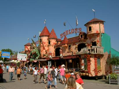Viele Attraktionen und Fahrgeschäfte am Straubinger Gäubodenvolksfest - Tradition und doch modern!