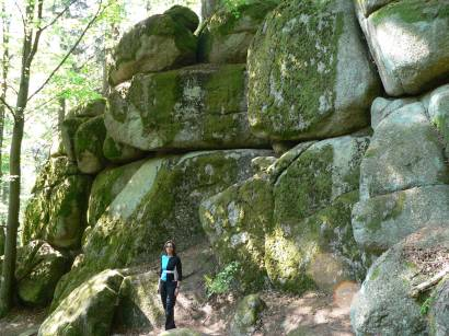 wandergebiet-höllbachtal-felsen-gesteinsformationent