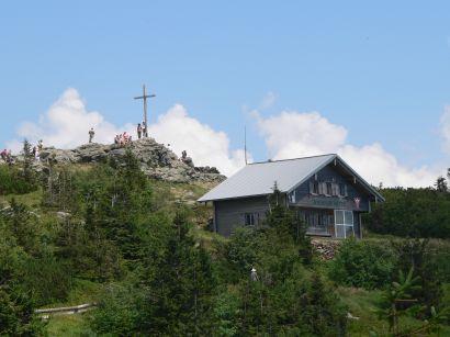 Großer Arber mit Zwieseler Berghütte und dem Arber Gipfelkreuz