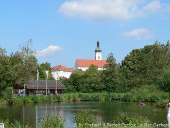 Ansicht Bad Kötzting mit Kirche und Kurparkteich