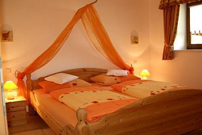 bartlhof-ferienwohnungen-burglengenfeld-schlafzimmer