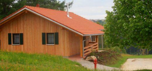 bauer-ferienhaus-mit-hund-pferd-bayerischer-wald-ansicht-breitbild