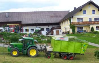 Traktor fahren beim Urlaub auf dem Bauernhof bei Michelsneukirchen