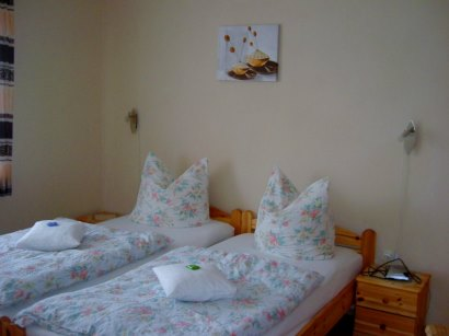 Schlafzimmer mit Doppelbett in den Ferienwohnungen bei Oberviechtach und Neunburg