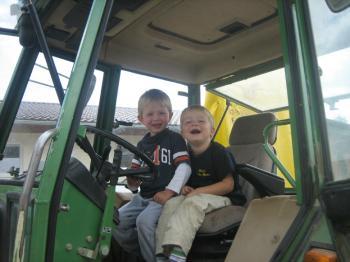 Kleinkinder Spiele am Bauernhof Traktor mitfahren