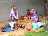 Kinderspielplatz am Bauernhofurlaub mit Baby und Kleinkind