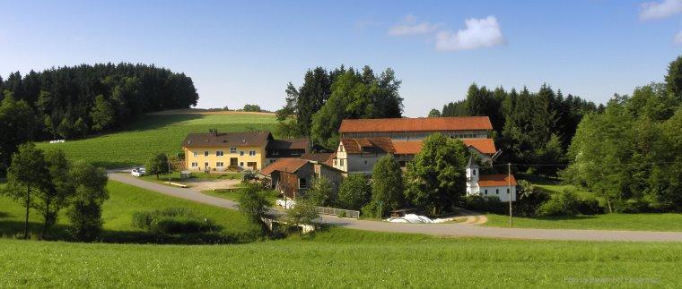 bauernhofurlaub-in-bayern-familienferienhof-ansicht-panorama.jpg