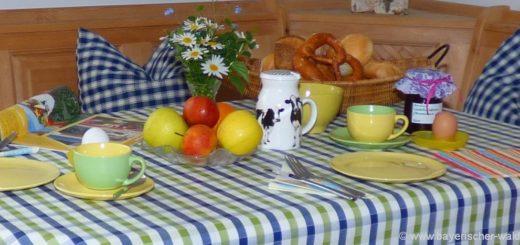 bayerischer-wald-ferienhaus-fruehstueck-ferienwohnung-tisch-essen