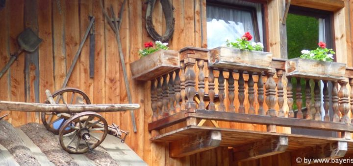 bayerischer-wald-originelle-berghuetten-besondere-ferienhuetten-balkon