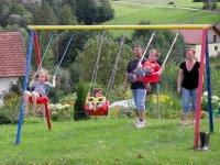 bayern-kinderurlaub-unterkunft-spielplatz-schaukel