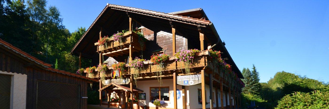 buchberger-bayerischer-wald-ferienhotel-mit-swimmingpool-breitbild-1400
