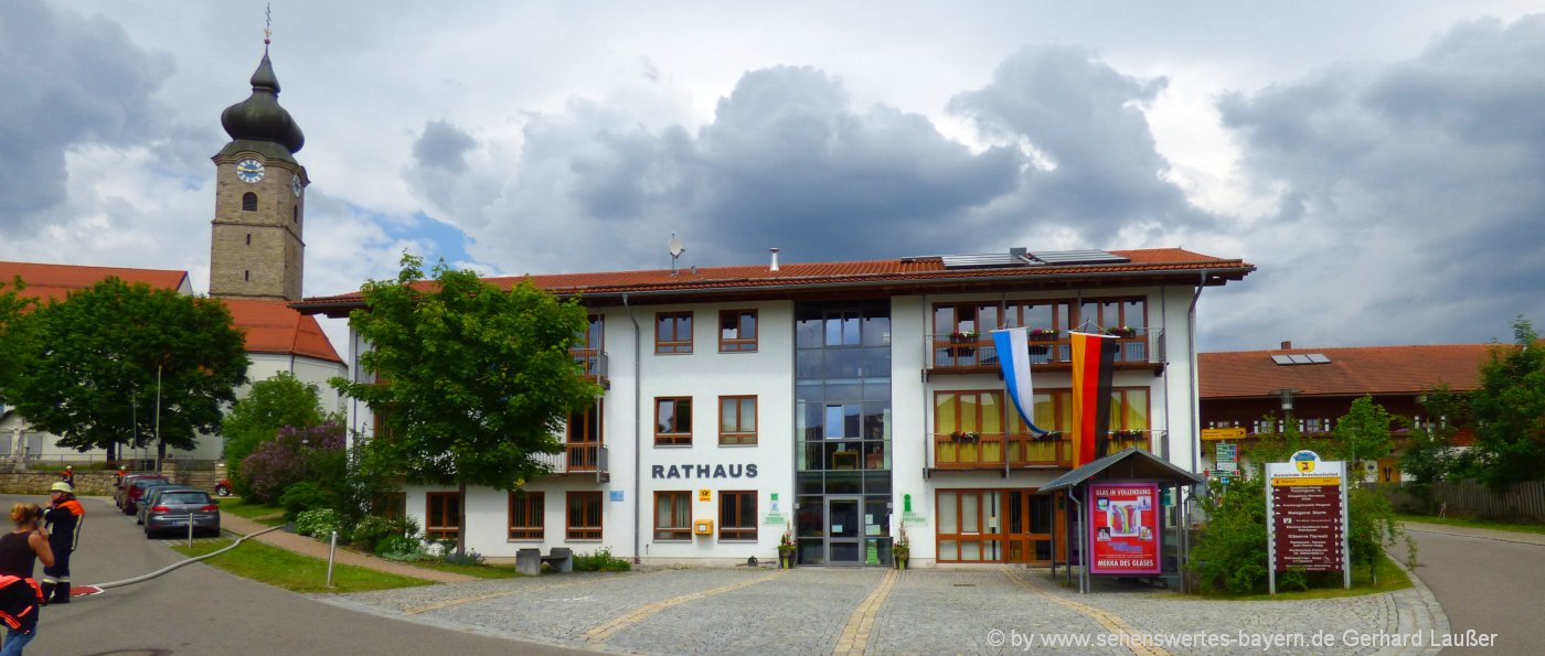 drachselsried-ferienort-zellertal-bayerischer-wald-attraktionen-rathaus-kirche