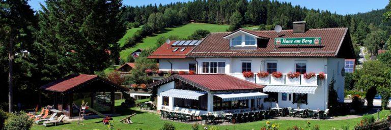 eder-haus-am-berg-bayerischer-wald-familienhotel-breitbild-1400