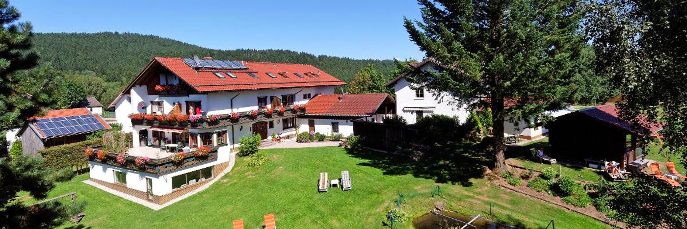 eder-haus-am-berg-familienhotel-bayerischer-wald-breitbild-1400