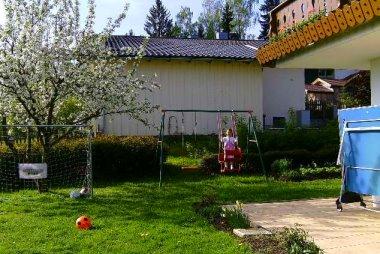 ernst-ferienwohnung-garten-schaukel-tischtennis-terrasse