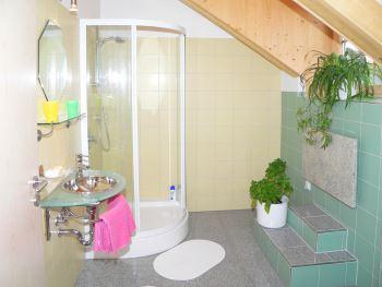 helles freundliches Badezimmer mit Dusche und WC