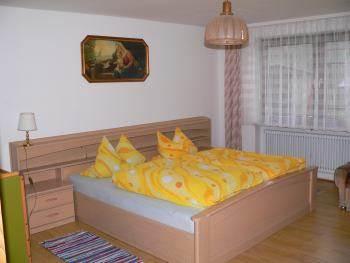 Schlafzimmer mit Doppelbett Ferienwohnung Koller Schillertswiesen