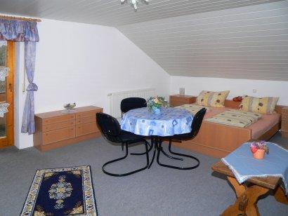 ferienwohnung-bohmann-schlafzimmer-zell-unterkunft-schillertswiesen