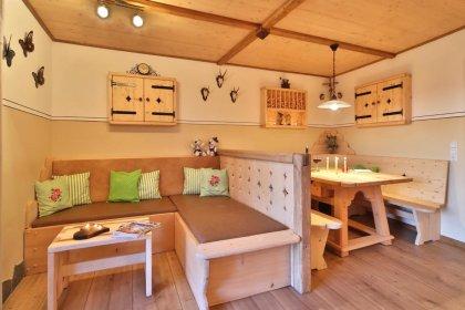 ferienwohnung-ernstlhof-wastl-stube-essen-couch-420