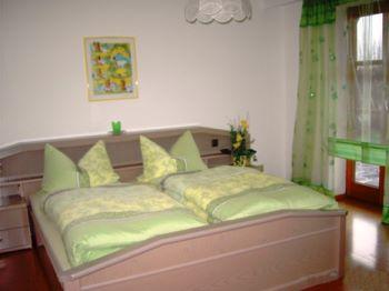 Schlafzimmer der Ferienwohnung Kilger mit Doppelbett