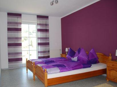 Schlafzimmer der Ferienwohnung mit Wohnzimmer in Bayern in der Oberpfalz