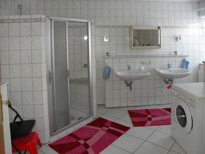 ferienwohnung-terrasse-badezimmer-waschmaschine